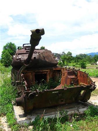 """先日お客様と一緒に弊社のDMZツアーに参加してきました。<br />DMZとはベトナムにおける軍事境界線(Demiltarized  Zone)の略です。<br />ベトナム戦争時代に北ベトナムと南ベトナムを分けていた場所で、1954年にジュネーブ協定により定められ、戦争終了の1975年に廃止されました。<br />北朝鮮と韓国を分ける38度線の様に北緯17度に沿っていることから""""17度線""""と呼ばれていす。<br />フエ市内より100KM北に位置する軍事境界線。<br />かつてはここから南北2km圏内は非武装中立地帯となっており、軍事介入ができない一体となっていました。<br /><br />ツアーでは""""南北の堺に存在するベンハイ川""""、2100トンの空爆と戦ったビンモック村、ホーチミンルートの架け橋ダクロン橋、<br />ベトナム戦争の激戦地ケサン基地、枯葉剤の影響により木々が生えないロックパイル。<br />等を巡ります。<br /><br />↓気になるツアーはこちらから↓<br />http://www.aptjapan.com/tourhanoi.php?com=hue3e  <br /><br />★ベトナムをもっと楽しくもっと気軽に☆個人旅行者を応援します!★<br />http://www.tnkjapan.com/ <br />http://www.aptjapan.com/ <br /><br /><br />★ベトナムの古都フエを24時間リアルタイムでお届け中!!★ <br />Twitter@APT_hue<br />https://twitter.com/APT_Hue <br /><br />★お得な情報盛りだくさんFACEBOOKページ更新中!!★ <br />Tnk&AptトラベルJAPAN<br />https://www.facebook.com/tnkaptjapan<br /><br />★ツアー動画盛り沢山★<br />Youtube<br />http://www.youtube.com/user/TNKTRAVELJAPAN?featu <br /><br />"""