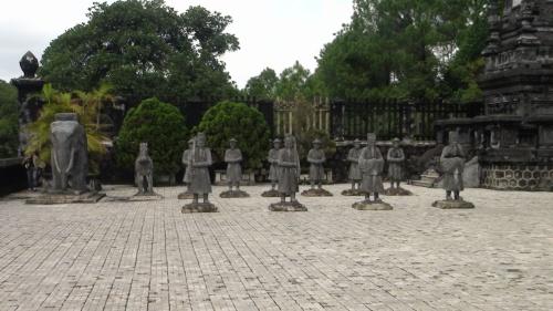 こんにちは。<br /><br />スタッフZです。<br /><br />カイディン帝廟にきました。<br />1920年~1931年の11年の月日を掛けて建てられた帝廟。<br />第12代カイディン帝の死後6年間も造り続けられました。<br /><br />カイディン帝廟は西洋風建築で、見た目も豪華です。<br />ステンドグラスやガラス細工を用いた帝廟内は多くの人が訪れます。<br />まさに芸術のお墓です。<br />とにかく派手好きだった皇帝の性格を表しているとされています。<br /><br />他の帝廟内には皇帝の遺体が眠っているかどうかは定かではありません。<br />しかし、カイディン帝は台座の9M下に埋葬されているらしいです。<br /><br />これだけ外がきらびやかであれば、掘り起こされないだろうと考えた皇帝。<br />金箔を使ったり、セメントの上から大理石風の造りを表現したりと少し見栄っ張りな部分も見られます。<br /><br />皇帝は口紅や指輪をジャラジャラつけたりしていて、オカマ皇帝なんて言われていたらしい。<br />皇帝自身は無宗教だった為色々な宗教が混ざった造りになっています。<br /><br />凄くハデな帝廟ですがこの時代背景には市民達の苦労があったのです。<br />フランス軍の植民地時代でもあり税金なんと30%。<br /><br />■ TNK ホーチミン<br />http://www.tnkjapan.com/<br />■ APT ハノイ&フエ<br />http://www.aptjapan.com/<br /><br /><br />★ベトナムの古都フエを24時間リアルタイムでお届け中!!★<br />Twitter@APT_hue<br />https://twitter.com/APT_Hue<br /><br />★お得な情報盛りだくさんFACEBOOKページ更新中!!★<br />Tnk&AptトラベルJAPAN<br />https://www.facebook.com/tnkaptjapan<br /><br /><br />★ベトナム 旅行 クチコミ 4TRAVEL★<br />APT スタッフ体験談開始!!<br />http://4travel.jp/traveler/aptjapanhue/