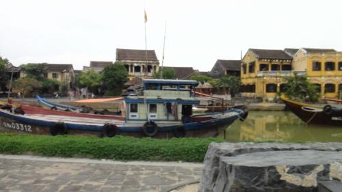 ベトナム第3の大都市で中部の経済都市ダナンから南へ車で約30分、<br />約30km南下した所に位置する、トゥボン河の河口にある港町ホイアン。<br /><br />ホイアンはかつて「海のシルクロード」の重要中継拠点の1つとして栄えた港町で、<br />チャンパ王国時代から阮朝時代にかけてイスラム世界を結ぶ海上交易の中継地点として栄えました。<br />1999年にはベトナム第2世界遺産として街並み自体が世界遺産に登録され、<br />2013年には英国の旅行雑誌「ワンダラスト(Wanderlust)」で、「世界で最も好きな都市」ランキングで1位に選ばれました。<br /><br />そんなホイアンの街が日本との国交を始めたのは1601年。<br />徳川家康が広南阮氏から書簡を受け取ったことから始まりました。<br />実は大阪の商人が豊臣秀吉時代に海を渡っているとも言われています。<br /><br />当時、ホイアンには大規模な日本人街が形成され、最盛期には千人以上の日本人が住んでいたと言われています。<br />日本人が住んでいた証としては、歴史資料館には伊万里焼なども展示され、街のはずれまで行けば日本人の墓も見ることができます。<br /><br />日本人以外にも中国人も多く住んでおり、福建会館、廣肇会館といった中国人のための集会所が建設されました。<br />また、1623年にはオランダ東インド会社の商館も設けられ急速に繁栄していきます。<br />しかし、鎖国政策による日本人撤退や、国内動乱で街は衰退。<br /><br />激しい攻防戦を繰り広げたベトナム戦争時代、幸いにも空爆の被害を受けなかったため繁栄期の街並みが今もなお残っています。<br />見所は20,000ドン紙幣に載っている来遠橋(日本橋)をはじめ、華僑の名残を残す福建会館、廣肇会館、<br />古い造りの民家として有名なクアンタンの家、タンキーの家、クアンコン廟、などもりだくさん。<br />総合チケット売り場で購入できる1日チケットで5箇所の観光が可能です。<br />東南アジア随一の風情のある街並みとして多くの観光客を魅了続けるホイアンでゆったりとした時間を過ごしてみてはいかがですか。<br />