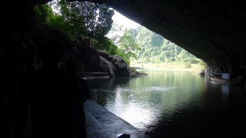 """シンチャオ。<br /><br />スタッフZです。<br />風の牙の洞窟とも名高いフォンニャ洞窟に行ってきました。<br /><br />2003年に登録されたベトナムで5番目の世界遺産。<br />ハロン湾やホイアンのミーソン遺跡に比べると人も少なく、<br />ゆっくり見て回れるのがオススメ!!<br /><br />印象としては外国人よりベトナム人が多いといった感じ。<br /><br />クアンビン省ドンホイから北西へ50KMの場所にあるフォンニャ洞窟。<br />近年ではこのあたりで新しい鍾乳洞が次々と発見されています。<br /><br />フエ市内からだと到着までに4時間近くかかるのが難点です。<br /><br />かつてチャム族が住んでいたとされチャム族が記載したとされるサンスクリット文字も見ることができる。<br />およそ二億五千年前に形成されたこの洞窟はベトナム戦争時には武器庫としても使用されていて、ホーチミンルートととしても使われていました。<br /><br />フォンニャを漢字に変換すると""""風牙""""と書くことから、<br />風の牙や風の歯の洞窟とされています。<br /><br />名前の由来は様々だが、有力なのが洞窟から強く吹き抜ける風の音が牙を剥いて威嚇する獣に似ているという説があります。<br /><br />実際に私はそんなおとを聞いたことはありません。<br /><br />ミステリヤスな洞窟!!<br />一見の価値ありです。<br /><br />↓気になるツアーはこちらから↓<br />http://www.tnkjapan.com/tours/hue005_phongnha.shtml<br /><br />★ベトナムをもっと楽しくもっと気軽に☆個人旅行者を応援します!★<br />http://www.tnkjapan.com/<br />http://www.aptjapan.com/<br /><br /><br />★ベトナムの古都フエを24時間リアルタイムでお届け中!!★<br />Twitter@APT_hue<br />https://twitter.com/APT_Hue<br /><br />★お得な情報盛りだくさんFACEBOOKページ更新中!!★<br />Tnk&AptトラベルJAPAN<br />https://www.facebook.com/tnkaptjapan<br /><br /><br />★ベトナム旅行 クチコミ 4TRAVEL★<br />スタッフ体験談開始!!<br />http://4travel.jp/traveler/aptjapanhue/<br />"""
