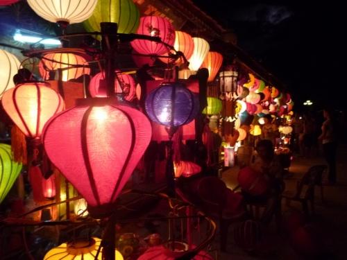 """こんにちは。<br />スタッフZです。<br /><br />遙か古の趣を感じさせる催し物。<br />それがホイアンの夜祭です。<br /><br />別名""""ホイアンランタン祭り""""満月際とも言われます。<br /><br />旧暦の14日になると開催されるこのお祭り。<br />日が暮れると同時に電気を消してランタン明かりだけで街中を照らす恒例イベント。<br /><br />満月のほのかな光が差し込み、ランタンの火が街中を照らす。<br />日本人にはわかると思うがなんだか懐かしく子供の頃に参加したお祭りの気分が蘇ってくる。<br /><br />ランタンの光を見てると心が落ち着き色々な思い出が駆け巡ってきます。<br /><br />かつて日本人や中国人が住んでいた港町ホイアン。<br />その趣はランタンの形にもみられ、丸みを帯びた中華風のランタンはもともと寺院で使用されていたものが広がったとされる。<br /><br />このホイアンの街並みが世界遺産に登録された1999年以降。<br />増加してきた観光客向けに整備されたランタン祭り。<br /><br />いまでは多くの観光客がこの夜祭りを見るために世界中から集まってくる。<br />人々の暮らしと提灯、夜祭。<br /><br />昔ながらのホイアンの雰囲気が漂い現代社会から切り離された空間を感じることが出来る。<br /><br />★ベトナムをもっと楽しくもっと気軽に☆個人旅行者を応援します!★<br />http://www.tnkjapan.com/<br />http://www.aptjapan.com/<br /><br /><br />★ベトナムの古都フエを24時間リアルタイムでお届け中!!★<br />Twitter@APT_hue<br />https://twitter.com/APT_Hue<br /><br />★お得な情報盛りだくさんFACEBOOKページ更新中!!★<br />Tnk&AptトラベルJAPAN<br />https://www.facebook.com/tnkaptjapan<br /><br /><br />★ベトナム旅行 クチコミ 4TRAVEL★<br />スタッフ体験談開始!!<br />http://4travel.jp/traveler/aptjapanhue/<br />"""