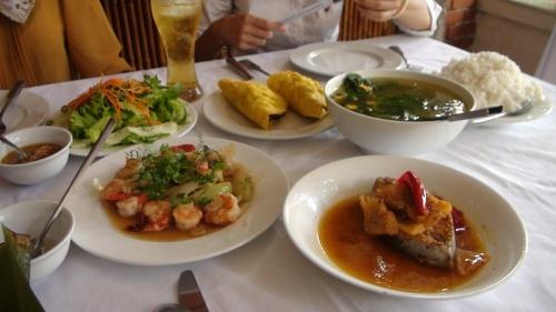 """こんにちは。<br /><br />スタッフZです。<br /><br />ベトナム中部料理の基本的な味覚は「辛い」。<br />北部は「しょっぱく」南部は「甘辛」と言われています。<br /><br />中部の料理は""""唐辛子文化""""で、中部はベトナムの中でも郡をぬいて唐辛子を使用する率が高いです。<br />特にクアンチ省は""""激辛""""で有名です。<br /><br />子供の時から唐辛子を食べる訓練をさせられるとも言われています。<br /><br />一般的なレストランは観光客向けに辛さは控えていますが、<br />家庭料理や屋台の料理はすごく辛いです。<br /><br />昔のはなしでこんな話もあるそうです。<br /><br />クアンチ省出身の女性が赤ん坊を連れてハノイに移り住みました。<br />母は仕事で忙しかったため赤ん坊を幼稚園に預けました。<br />しかし、赤ん坊は幼稚園でミルクを飲もうとしません。<br />困り果てた先生がお母さんに尋ねたところ、赤ん坊の母はこう言いました。<br /><br />「ミルクに唐辛子をすりつぶして入れてください。」<br /><br />赤ん坊のお母に言われたとおりにしてみると赤ん坊はミルクを飲んだらしいです。<br /><br />なぜベトナム中部は辛い味を好むのか、その原因を辿れば、気候にたどり着きます。<br />中部は土地が痩せている上に残暑が続き、台風が通り過ぎるとそのあたり一体の家屋が浸水します。<br /><br />そうなると穀物に莫大な損害を及ぼすのです。<br /><br />その為、そのような気候でも耐えれる作物が栽培されました。<br />それが唐辛子というわけです。<br /><br />そんな土地柄も含め中部の人たちは忍耐強いともされています。<br /><br />■ TNK ホーチミン<br />http://www.tnkjapan.com/<br /><br />■ APT ハノイ&フエ<br />http://www.aptjapan.com/<br /><br /><br />★ベトナムの古都フエを24時間リアルタイムでお届け中!!★<br />Twitter@APT_hue<br />https://twitter.com/APT_Hue<br /><br />★Facebookイイネ急上昇!!お手持ちのスマホで楽々見れちゃいます。<br />https://www.facebook.com/tnkaptjapan<br /><br />★人気のツアー動画盛りだくさん!!★YOUTUBE☆<br />http://www.youtube.com/user/TNKTRAVELJAPAN?featu<br /><br /><br />★ベトナム 旅行 クチコミ 4TRAVEL★<br />APT スタッフ体験談開始!!<br />http://4travel.jp/traveler/aptjapanhue/<br /><br /><br /><br />"""
