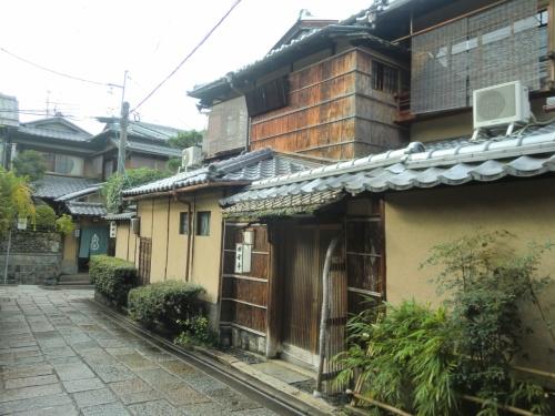 いつも旅先では宿泊に全くこだわらないのですが、京都だけは別。<br />ということで、勝手にシリーズ化した、京都お宿体験記。<br /><br />今回は、石塀小路にある田舎亭さん。<br /><br />高台寺の夜間ライトアップした紅葉も一緒にどうぞ (*^_^*)