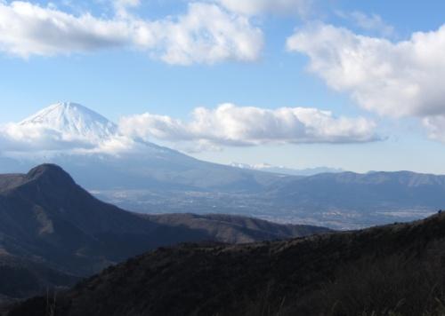 2012年の登り納めは正真正銘の最終日、12月31日。<br />年が明けて、今年最初の山に選んだのは、箱根の一画である明神ヶ岳。<br /><br />そもそも山歩きを始めるきっかけとなった山で、初回のルートはもっとも一般的な大雄山最乗寺から登るルートだった。<br /><br />その後、昨年の4月30日の金時山登山(<br />http://4travel.jp/traveler/sham203/album/10666806/)の翌日に矢倉沢峠からのルートを計画していたのだが、雨で断念した経緯がある。<br /><br />今回はそのリベンジの意味もあったので、ルートは前回計画と同じ、公時神社~矢倉沢峠~明神ヶ岳~明星ヶ岳~宮城野の予定。<br /><br />しかし今回ものっけから大トラブルで…