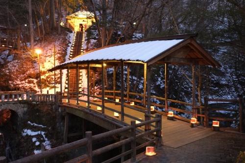 信州 山あいの湯治場の新年