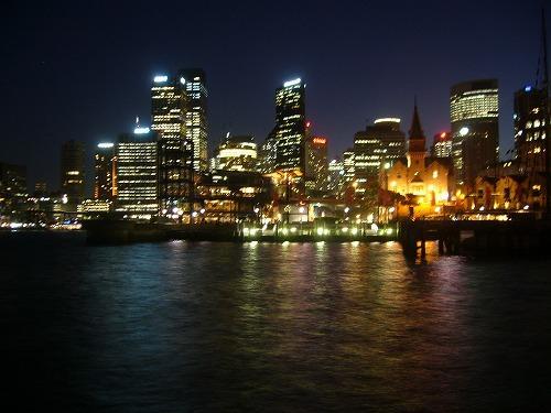 シドニーの観光名所の見て歩きの続編です。その第2編として,ハーバーブリッジを渡って北シドニーに辿り着いてからの記録になります。とりわけ夏の輝く洋上を滑るフェリーとベイエリア,暮れなずむロックスと人の賑わい,華麗な煌めく星座に似たシドニーの夜景など,シドニーの午後の雰囲気を十分に味わうことのできた1日でした。