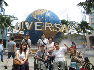 大阪にある国際障害者交流センター「ビッグアイ」のトラベルサロンで、シンガポール旅行に行ってきました。参加者は、計7名(車いす4名、杖1名を含む)です。<br /><br />トラベルサロンとは、月1回の「バリアフリー旅行の勉強会」(2012年度は全7回)を通じて、障害のある人の旅行や外出に対する不安などを少しでも解決できるよう、お互いに解決策を探します。また、車いすで100ヶ国以上を訪問したサロンマスターの木島英登さん(きーじーさん)に相談もできます。希望者で旅行プランをたてて、海外へも行くという、ざっくばらんな会です。自然と参加者同士も仲良くなります。