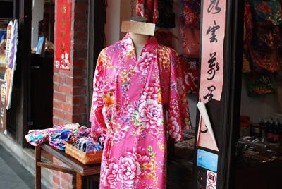 2度目の台湾に行ってきました。<br /><br />今回は「台湾茶を楽しむ」がテーマ。茶院を巡ったり茶器を買いに地方都市へ行ったりと、前回から少しレベルUPした旅となりました。<br /><br />漢字での筆談で悪戦苦闘しつつ、電車やバスを乗り継いで旅したのも旅の良い思い出です。美味しいものをたくさん食べたり、昔懐かしい温かみの有る街並みを堪能したりと、友達も私も大満足でした。週末にパッと行けてしまうのがアジア旅行の良さ、正に「思い立ったが台湾吉日」ですね。また必ず行きたいと思います!<br /><br /><br />●期間<br /> 2泊3日 土曜日朝出発→月曜日夜帰国<br /><br />●使用航空会社<br /> キャセイパシフィック(税込航空運賃 476,400ウォン)<br /><br />●宿泊ホテル<br /> インペリアルホテル台北(台北華国大飯店)<br /> 2泊で7,084台湾ドル booking.comで予約<br /><br /><br />細かい旅行記は今後ブログ「su・te・ki world」でUP予定です。<br />http://sutekiwld.exblog.jp/
