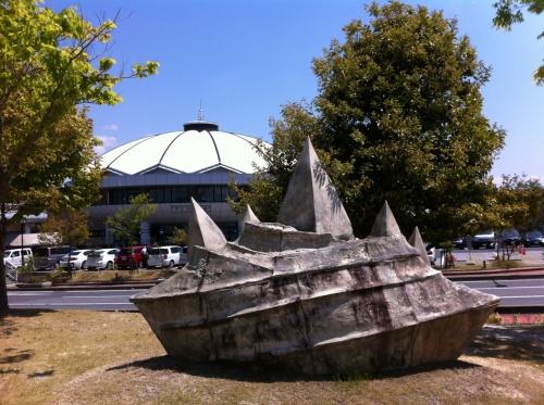 現代彫刻に会って絵付け・ろくろ体験ができる道の駅「どんぶり会館」