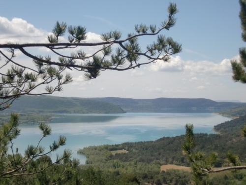 アヴィ二ヨンから車で2時間半ほどかかりますが<br />フランスのグランドキャニオンと呼ばれている<br />Gorges du Verdonに行ってきました。<br />エメラルド色の湖はずっと見ててもあきません。<br />上から見る湖は景色が最高です。<br />カヌーも勿論できます。<br />近くにはmoustiers ste marieという昔ながらの工法で陶器の<br />生産を続けている小さな村もあります。