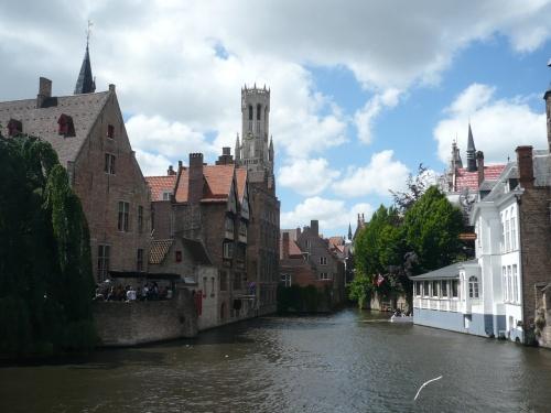 夫婦で行く2度目の海外旅行です。初めて行ったイギリスに惚れ込みもう1度ヨーロッパへ~とこのツアーを選びました。オランダ・ベルギーのツアーといえばキューケンホフ公園を組み込んだものがほとんどですがあえてその時期をはずし、バラの季節を選びました。ツアーのお仲間には薔薇を目当てに選ばれた方も多く花の話で盛り上がりました。参加者は19名。バスも1人2席確保できるゆとりの旅でした。旅行前ここで色んな旅行記を読みまだ見ぬ世界へ思いを寄せて楽しませて頂きました。ツアー旅行なので定番の観光地ですが、思い出にと初の旅行記を書いてみました。