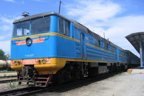 ロシア連邦サハリン州。かつてはサハリン島の南半分を日本が統治しており、日本によって鉄道が敷設された。戦後60年以上経った現在でも、ロシア式に変更された部分もあるが日本の在来線規格である軌間1067㎜のまま運行されている。<br />しかし現在、ロシア本土から乗り入れる貨車をそのままサハリン島内で走行させられるように、大陸側の規格である軌間1520㎜への改軌工事が進められている。そのため日本統治時代の面影を残す鉄道を見るには最後のチャンスと思い、サハリン島内の鉄道旅行を計画した。<br /><br /> 日本時代の地名がある箇所は「ユジノサハリンスク(豊原)」のように表記している。本文中では南樺太やサハリン島全体をロシア領であるかのように記述しているが、これは文章を簡略化するためであり管理人の政治的思想を示すものではない。<br />ほぼ鉄道旅行に絞って紹介する旅行記であり、鉄道とは関係の無い観光等は意図的に省いている。グルメや観光地、ショッピングなどの情報をお探しの方は他所様のページをご覧頂きたい。<br /><br />【大まかな行程】<br />1日目・・・自宅→南稚内駅(ホテル泊)<br />2日目・・・ホテル→稚内港フェリーターミナル→コルサコフ(大泊)港→ユジノサハリンスク(豊原)(ホテル泊)<br />3日目・・・ユジノサハリンスク市内観光→急行1列車でノグリキへ(車中泊)<br />4日目・・・(ユジノサハリンスクより)→ノグリキ→急行2列車でユジノサハリンスクへ(車中泊)<br />5日目・・・(ノグリキより)→ユジノサハリンスク→ノボデレーベンスカヤ(奥鈴谷)→ユジノサハリンスク(ホテル泊)<br />6日目・・・ユジノサハリンスク→コルサコフ→ユジノサハリンスク→ブイコフ(内淵)→ユジノサハリンスク(ホテル泊)<br />7日目・・・ユジノサハリンスク→コルサコフ港→稚内港→稚内駅→自宅