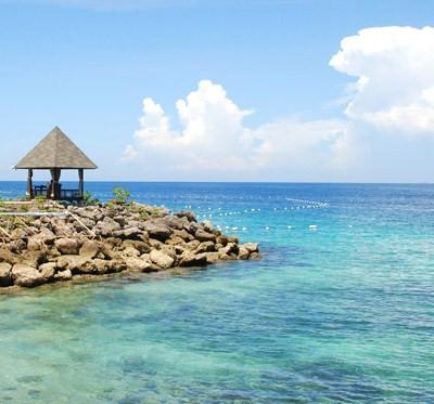 初めてのフィリピン、初めてのセブ島に行ってきました。<br /><br />元々暑いのが大の苦手、海やリゾートなどとんでもない!というタイプの私でしたが、あくせく歩いたりショッピングが大嫌いという夫に合わせて海辺のリゾート地チョイスとなった今回の旅。思った以上に楽しめました。快適なホテルステイだけではなく、外の世界(?)をチラッと覗きながらの旅行は色々と刺激的で考えさせられるものでした。<br /><br /><br />以下、旅行日程です。<br /><br /><1日目> セブシティ泊<br /> 韓国・仁川空港から4時間ちょっとでセブ・マクタン空港到着。<br /> 深夜到着のため、この日はホテルに直行して就寝。<br /><br /><2日目> セブシティ泊<br /> SMで朝食&買い物。運転手付きレンタカーで市内観光。<br /><br /><3日目> マクタン島泊<br /> 午前中にシャングリラへ移動。ホテル内ビーチで1日過ごす。<br /><br /><4日目> マクタン島泊<br /> 丸一日ホテル内ビーチで過ごす。<br /><br /><5日目><br /> チェックアウト後、飛行機の時間までホテルのビーチで過ごす。<br /> 夜、空港に移動→深夜0時過ぎの飛行機でソウルへ。<br /><br /><6日目><br /> 朝、ソウル着。(私はソウル在住)<br /><br /><br />飛行機、ホテルなどは全て自己手配しました。<br /><br /><br />細かい旅行記はブログ「su・te・ki world」( http://sutekiwld.exblog.jp/ ) でも綴る予定なので、こちらも併せてどうぞ。<br /><br /><br />それでは、セブ旅行記のはじまりはじまり〜☆<br /><br />