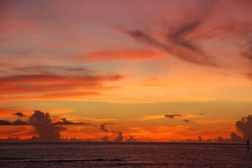 旅行記最終回は3日目<br />アメリカンビレッジ散策から帰ってきてからのホテルでの様子<br />そして夕暮れのビーチ散策<br />4日目、最終日の帰路までとなります。<br /><br />3日目の夕暮れ<br />私はここで、本当に美しいサンセットを眺めることが出来ました。<br /><br />今回の旅行記テーマにColorsと付けたのは<br />この沖縄旅行で<br />光がもたらす色彩というものの美しさを<br />心から感じることが出来たからです。<br /><br />グリーン、ブルー、インディゴ<br />ゴールド、オレンジ、コーラルピンク・・・・・・<br />海も空もこんなにも色彩豊かだったなんて・・・・・。<br /><br />時に熱くはじけるように、<br />時に静かに染み込むように<br />沢山の感動があった4日間の沖縄旅行。<br />本当に来て良かったです。<br /><br />それでは<br />最終回もぜひお付き合いください(^o^)/<br />