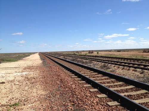 オーストラリア大陸横断鉄道に乗り、パースからシドニーに行きました。<br /><br />■ETAS(オーストラリアの観光ビザのようなもの)<br />株式会社ビューグラントというところで、500円で取得しました。安いのに丁寧で早く対応いただきました。<br />http://shop.viewgrant.com/<br /><br />■インディアンパシフィック号のチケット取得<br />どの手段が一番安いのかわからなかったですが、自分の場合、ザ・レールエクスプローラー・パスを取得してレッドサービスの車両に乗りました。<br />http://www.australia-train.com/product_info.php?cPath=81_89&products_id=724<br />http://www.greatsouthernrail.com.au/site/travelinfo/rail_passes/rail_explorer_pass.jsp<br /><br />Great Southern Railに予約方法を教えてというメールを打ってみたところ、電話予約しろとの返信がありました。英会話は苦手ですが、10~15分ほどの電話で予約ができました。<br />2013年6月頃に予約しましたが、料金は計478.68 AUD。パス代が445 AUD、カード支払い手数料が5.68 AUD、燃油サーチャージが28 AUDでした。<br /><br />インディアンパシフィック号での旅行情報は以下のリンク先などを参考にしました。<br />http://www.australia-train.com/faq.php