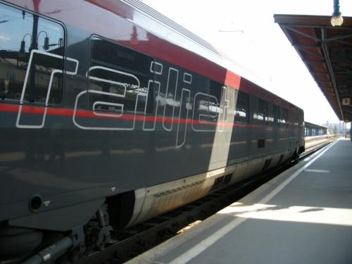 6月16日(日)<br />ブダペストを出て、ウイーンへ再び戻ります。<br /><br />さて、6月11日にウイーンからブダペストまでのレイルジェットは急に途中でバスの代替輸送があり、かなりびっくりしました。今回、ブダペストからウイーンへ向かう時も、やはり途中の「タッタバーニャ ~ ジュール間」はバス移動になりました。<br /><br />しかしそこは2度目ですから、慣れたもんです。<br /><br />