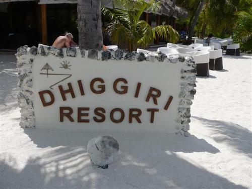 Dhiggiri Tourist Resort(ディギリツーリストゾート)<br />(2013年9月04日現在の情報です。情報は予告なしに変更されますので、予めご了承ください。)<br /><br />ビーチが綺麗でハウスリーフが良いリゾート...<br />2012年にちょっとだけお部屋の内装をちょっと変えました。<br />イタリア人はやはりセンスが良いです〜〜〜。<br />ベッドは4本ポール、ポールに白い布でデコレーションするだけで、お部屋の中が明るく洗練された感じになりました。<br /><br />Vaavu Atoll北東部に位置し、空港から水上飛行機で約30分。<br />ディギリはマヤフシ&アリマタと姉妹リゾート。<br />イタリア人中心マーケットです。<br />昔からダイバーリゾートとして有名で、雨季にはジンベイ&マンタが見られることもたまにあります。<br />以前は日本人のお客様を受け入れてくれていましたが、今は日本人マーケットに協力的になってきました。嬉しいですね!<br />島1周歩いても10分弱…と丸い小さな島。<br />白い砂のビーチはソフトで裸足にはシットリ感でとても気持が良いです。南西方向には大きなビーチが広がり日焼けを満喫するお客様の姿が目にします。<br />この砂州の ビーチは綺麗で有名〜〜〜。<br />島の周りのビーチには、サンチェアー&パラソル+椅子がありどこでも日焼けを楽しみ、美しい景色を眺めながらのんびりした時間を過ごすことができます。<br />南側は、ドロップオフのあるハウスリーフ、西側は遠浅のラグーンが広がり、マリンブルーの色が何処までもどこまでも続き綺麗...。<br />小さな島の中には背の高いヤシの木が多く、緑が優しく日陰が心地よい。<br />ディギリはオールインクルーディブ(一部除外あり)なので気が楽でお得。<br />3食はもちろんですが、食事のときのソフトドリンク、水、ワイン、ビール混み。グラスでのサービスです。もちろんコーヒー&紅茶も付いています。<br />バーでは一部除外品(料金が高いアルコール)以外。無料のカクテルメニューがあるのが嬉しい。<br />メインレストランは3食ビュッフェスタイル。<br />ランチ&ディナー共に野菜&魚料理が多いので日本人向き。<br />ディギリのイタリア人は、パスタよりも魚を多く食べます…何故?と聞いたら、「イタリアでは、魚は取れないし高い。」モルディブは新鮮で美味しい。<br />白身魚のカルパッチョ、そのままお刺身風に切ってくれます。<br />蒸し魚、BBQスタイルの魚、etc…硬すぎずバッチリ美味しい!<br />ディギリは、魚はリゾート船が釣りに行くのでいつも新鮮!<br />もちろん肉料理、パスタ…もあり、いつもイタリアンパンがあり美味しい!<br />リーズナブル、ビーチが綺麗、ハウスリーフが良い、食事も美味しい、オールインクルーディブ、イタリア人が多い割には静か…お勧めのリゾートです!<br /><br />客室数45部屋。<br />お部屋のカテゴリーは2<br />☆ビーチコテージ 25室 <br />最大収容人数 大人3名 または大人2名+子供1名、大人1名+子供2名<br />1エキストラベッド<br />☆水上コテージ 20室 <br />最大収容人数 大人2名(子供不可)<br /><br />レストラン<br />3食ビュッフェスタイル。固定。<br />天井も高く開放的!<br />味付けが濃くなく日本人向き。<br />夕食 金曜日:モルディビアンビュッフェ<br /><br />バー<br />サンドカーペット…は裸足に気持ちよい…<br />日中&夕方は静か...夕食後にエンターテイメントを行います。<br />*コーヒーショップはありませんので、スナックサービスは、バーで行っています。<br />コーヒー、紅茶、ジュース、水などいつでもオーダーできます。<br /><br />ハウスリーフでのスノーケリング&ダイビング…<br />1:南 ビーチコテージ前 部屋番号23〜40辺り<br />2:メイン桟橋付近<br />なだらかなドロップオフなので初心者の方にも泳ぎやすい。<br />光が入ると砂地もキラキラと輝き、お魚達も気持ちよさそうに泳いでいます。<br />多種の魚が泳いでいまます。大物は多くはありませんが、群れ物も意外と多く、<br />魚と楽しく泳げるハウスリーフ。<br />イソギンチャクちゃん&クマノミちゃん達も可愛い。<br />ブラックポラミッドバタフライ、ツバメウオ、シマガギ、サメ、カスミアジ、パロットフィッシュ、ヨスジフエダイ、etc…。<br