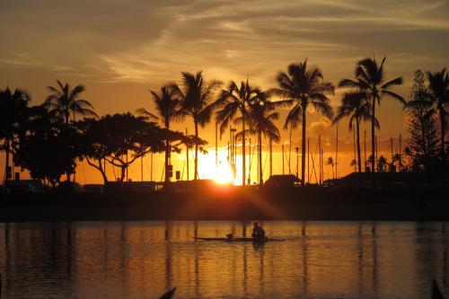 """2013.9.1~9.7 Las Vegas HGVC Flamingo<br />2013.9.7~9.14 Hawaii HGVC GWPH<br /><br />いよいよラスベガスからハワイへの移動だ<br />帰りもLAX経由ホノルル行きを利用<br /><br />UA448便 LAS-LAX<br />UA1226便 LAX-HNL<br /><br />アメリカからの到着便は午後になる<br />日本からの到着便は早朝だ<br />娘と3歳の孫が二人きりではたして無事に着くのかが心配<br />今回は娘婿が仕事のために予定が立たず、急遽予定をキャンセル<br />可愛そうな夏休みとなってしまう<br /><br />もうすでにタイムシェアは滞在が決まっているので<br />急なキャンセルはできないのだ<br /><br />午後4時過ぎに到着すると<br />すでに部屋のチェックインを済ませていた<br />HGVC タイムシェアは「Welcome Home!」<br />本当にそんな気分で暖かく迎えてくれるのが嬉しい<br />毎年同じ時期に滞在する固定週はこんなところが良いなあ<br /><br />プールに寝そべってのんびりする<br />マリポサで夕食をしたり<br />動物園へ行ったり<br />そんな感じで数日を過ごす<br />のんびり出来るのも、ハワイ<br />ハワイの風を感じながら、ゆっくり時間が過ぎる<br /><br /><br /><br />* To the next blog """"2013.9 Las Vegas & Hawaiiの旅④""""<br />http://4travel.jp/traveler/hula-hula/album/10820671/"""