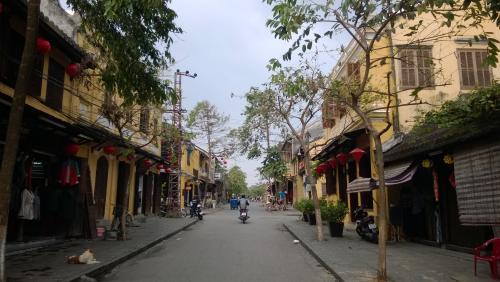 レロイ通りを歩いていると、<br />もうコテコテのベトナムのおばあちゃんたちが、<br />いることがわかると思います。<br />街ばかりにシャッターを切っていたので、<br />今回は新鮮でした。<br />物売りのおばあちゃんたちはノンをかぶって、<br />まさにな感じです。<br />路上でご飯作っているおばあちゃんたちもいました。<br />少し写真を上げておきます。
