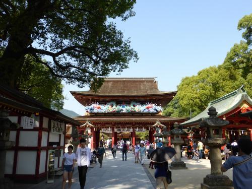 子供の受験の合格祈願のため、特別合格祈願大祭中の太宰府天満宮へお参りに行ってきました。<br />ついでに太宰府政庁跡と福岡城にも行ってきました。