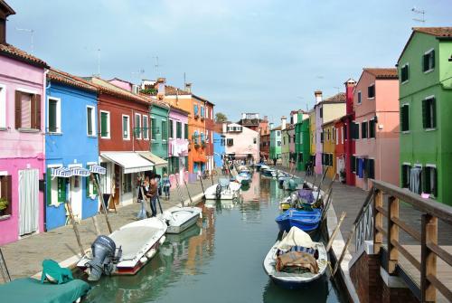 2年に1度のBiennale Arte(ビエンナーレ国際美術展)開催中の秋のヴェネツィアに行ってきました。<br /><br />この日は、ヴェネツィア本島を離れ、運河沿いのカラフルな家並みがかわいい漁村ブラーノ島に足を延ばしました。<br /><br />古く漁村として栄えた頃、霧の中でも自分の家が探せるように家を目立つ色にペイントしたとか。レース編みの産地としても有名だそうです。