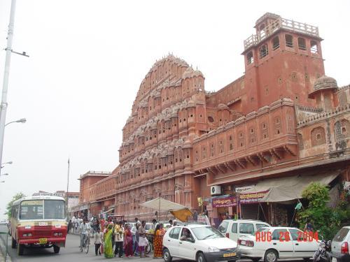 ご訪問ありがとうございます。<br /><br />ハワー・マハルは、インド・ラージャスターン州の州都ジャイプル、ピンク・シティと呼ばれる街区の一角にある宮殿史蹟で隣接する世界文化遺産である天文台史蹟「ジャンタル・マンタル」とともに、ジャイプル市内での観光地となっている。<br />1799年、この街を治めていたラージプートの王サワーイー・プラタープ・スィンによって建てられた。ハワー・マハルはシティ・パレスの一部で、ピンク色をした砂岩を外壁に用いた5階建ての建造物で、953の小窓が通りに面している。この小窓から宮廷の女性たちが自らの姿を外から見られることなく、街の様子を見たり、祭を見て楽しむことができるようになっている。<br />また、この小窓を通して風(हवा ハワー)が循環することにより、暑いときでも涼しい状態に保たれるような構造となっており、これがこの宮殿の名前の由来ともなっている。<br /> <br /><br /><br /><br /><br />