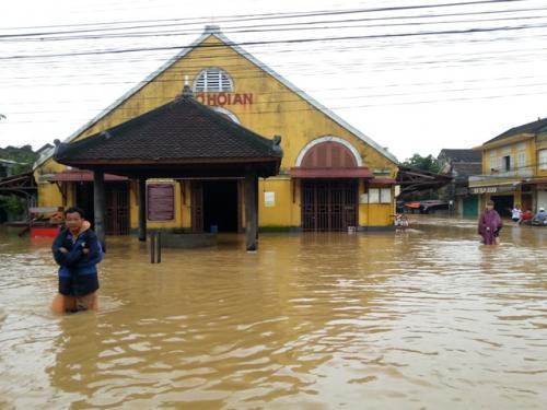 ホイアン。<br /><br />トゥボン川とともに歩んできた街。<br /><br />そんなホイアンで大規模な洪水が発生した。<br /><br />ホイアンに甚大な被害を及ばしたが、<br />同時にホイアン人のたくましさをみることとなる。<br /><br />洪水に負けず、洪水とともに歩むホイアンの人々。<br /><br />そんな彼らの強さを見せつけられた。<br />
