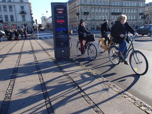 超・多忙で疲れきっていた初秋のある日、ぼんやりトラムを待っていたところ車体の大きな広告に釘付けに。<br /><br />『NEU! BREMEN - KOPENHAGEN mit SAS』<br /><br />え?SASでコペンハーゲン?!<br />家に着いてから調べると、なんとブレーメン〜コペンハーゲン便が復活したというではありませんか!<br />一昔前に定期便が廃止になってしまってからは120キロ離れた大きな空港から飛ぶか、電車を乗り継いで行くしかなかったので面倒で『近いのになかなか行けない場所』だったコペンハーゲン。<br />それがブレーメンから飛べるというのですから、即ブッキング!!(笑)<br /><br />自分にご褒美。大好きな街コペンハーゲンでのんびり一人旅、ストレス発散!<br /><br />デンマークに住んでいたのはもう20年近く前。<br />その後2006年に友人と訪れ、最後にコペンハーゲンに行ったのは2009年。<br />あれからどれだけ変わったかなー。<br />