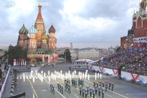 モスクワの赤の広場で、2006年から毎年9月上旬に「スパスカヤ塔フェスティバル」という国際軍楽フェスティバルが行われています。ロシアではユニークな軍楽隊パレードだと思います。<br /><br /> 今年のフェスティバルには10カ国以上の軍楽隊、儀仗兵、民族舞踊団が参加しました。NATOはイギリスのバグパイプ演奏者、オランダの軍楽隊、スロベニアとフランスの楽隊を送りました。東アジアからは韓国の軍楽隊と中国の嵩山少林寺の武術家が参加しました。そして、今年は日本からも初めて和太鼓のグループが参加しました。アラブ世界からはアブダビの警察楽隊が来ました。少し堅苦しくて退屈と思われがちなスイスの楽隊が観客に音楽のサプライズで感動を与えました。樽を叩き、「Bolgarka」という電動サンダーを使って演奏したのです。これらの演奏はYou Tubeに投稿されました。<br /><br /> ロシアのスヴォーロフ軍事学校の学生たちは、自分たちの演奏をソチ・オリンピックの成功に捧げました。有名なフランスの歌手、ミレイユ・マチューも、スパスカヤ塔フェスティバルに参加し、ロシアとフランスのオーケストラの伴奏で歌を三か国語(フランス語、ドイツ語、ロシア語)で歌いました。<br /><br /> 今年9月のモスクワはとても寒くて雨が多かったのですが、天候不順にもかかわらず、ロシア新聞の報道によると、7万人もの人がフェスティバルを見に行きました。入場料は2500〜3000RUBでした。少し高いですが、本当に面白かったです。フェスティバルは来年も9月上旬に行われます。皆さん、来年秋にモスクワにお越しの際は、是非、赤の広場で軍楽パレードを楽しんでみてください。<br /><br />http://www.jic-web.co.jp/study/jclub/info.html