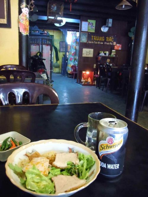 カオラウの老舗食堂(レストラン?)TrungBacで、いよいよカオラウをいただくことに。<br /> カオラウを食べた後は、ホイアンを歩き回った挙句、ホワイトローズも食べてみました。