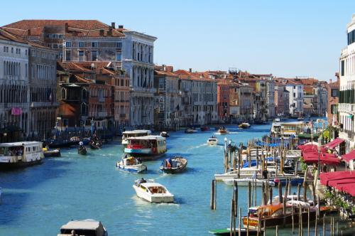 ゴンドラによる運河遊覧の後は、歩いてのヴェネチア本島の散策です。ヴェネチアン・ガラス工場で解散した後、サンマルコ寺院前が再集合場所でした。