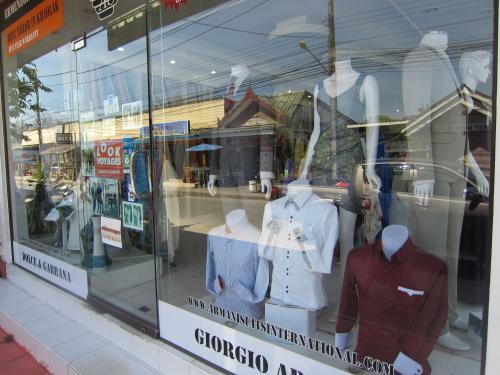 ガラス越しのスーツが暑苦しいく奇妙だった。<br />プーケットと同様にカオラックでも仕立て屋が多数在った。<br /><br />客の的は先駆者の白人様だ。<br />のんびり滞在派の特に熟年層は、Taylormadeされる様だ。<br /><br />タイシルクやYシャツのお仕立ては、日本人にもお馴染みだ。<br />バンコクなら分かるが、リゾートで本格派のスーツや<br />ドレスのお仕立となると・・・?<br />日本人には、馴染まないだろう。<br /><br />高級なお仕立には、当然仮縫が必要でしょう。<br />客の滞在日数と英語力も問われる訳ね。<br /><br /><br />生地も高級ブランド品が並んでいた。<br />お仕立は欧米でも相当値が張るだろう。<br />しかしタイでは、半値以下とみた。<br />日本人がレストラン情報を求めるように<br />彼らも優良店の情報を交わしているだろうか。<br /><br />呼び込みなどするものか。 <br />店は顧客外人には、目もくれない。 <br /><br />「上海Taylor」は有名だ。<br />しかし仕立て屋業の主は、インド人ばかりだった。<br />なぜ中国系タイ人ではないのよ ?<br />単純に多民族社会の住み分けと思うにしよう。<br /><br /><br />