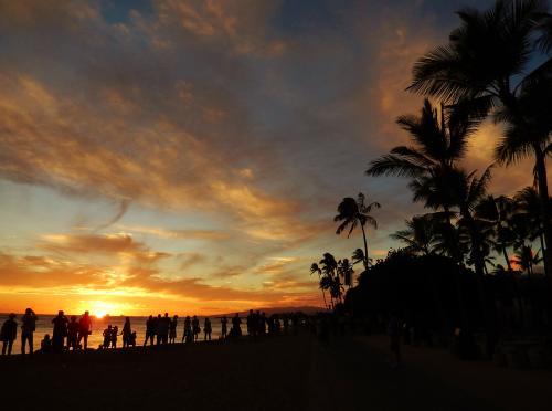 貯まったJALのマイルでハワイ! 第2弾<br />今回はレンターカーであちこち足を伸ばしちゃうぞ♪<br /><br />ついにハワイ最後の夜になっちゃいました。<br />マウイ島で評判の「ダ・キッチン」がオアフ島でも食べられると、聞いてね。<br />揚げスパムむすびや 変わり種のボリューム満点のロコモコが食べたくて<br />アイゼンバーグ通りにやって来たのですが… みつけられない?!<br />さて、どうしたものか… 波乱含みの出だしですが;<br />それでも最後は夕日とワイキキショッピング まだまだ楽しむぞ!