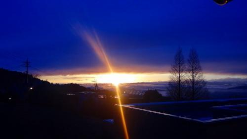 小雨の中、急に夕日が部屋に射し込んで来た、不思議な光景。