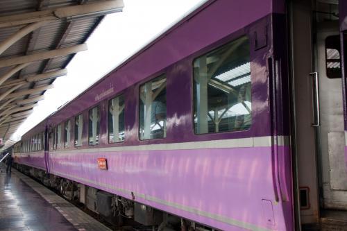 JRのブルートレインで活躍していた14系・24系がタイ国鉄に譲渡され現地で現役で走っています。その列車に一度は乗ってみたいと思っていましたが、ようやく実現しました。<br /><br />現在活躍しているのはバンコク・チェンマイ間で、チェンマイには温泉もあると言うのです。<br /><br />さらにタイへ行くなら、最近TVでも取り上げられて有名になったメークロン線のメークローン市場にも行かないとダメでしょうと言うことで、殆ど乗り物目的の旅がスタートし、香港乗り継ぎでチェンマイに到着。<br /><br />いよいよブルートレインに乗車します。<br />