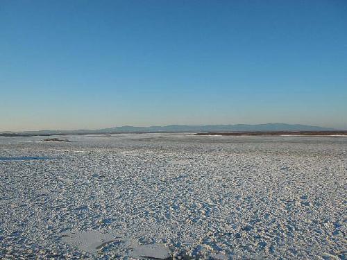 ハバロフスクで<br /><br />■アムール川<br /><br />対岸まで完全凍結しています。<br />アムール川は前方から、ここで右に急カーブして北上します。<br />左からはウッスリー川が流れ込みます。
