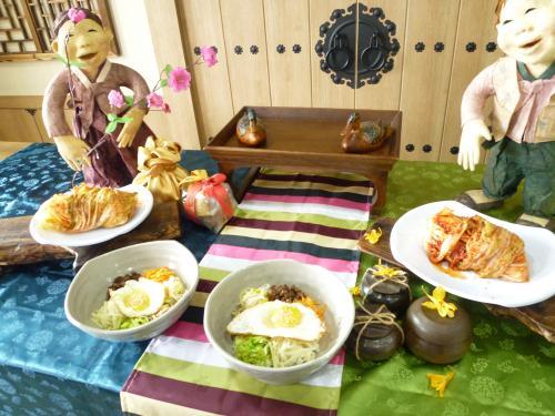 5回目の韓国。今回の旅のテーマは、「韓国の文化を体験して、交流してみよう!!」でした。ミッションは1日1個。<br /><br /> 1日目は、チャンゴ(太鼓)体験と伝統芸術舞台MISO観劇。<br /><br />2日目は、料理教室にて、本格的なキムチとビビンバを習う、そして、午後はスッカマ漢方ランドで、地元の皆さんとスッ釜を体験する。<br /><br />3日目は、いつもお世話になっているビエンナメガネさんで、無料の語学教室を受講し、アックジョンにてプチセレブなランチを楽しみ、<br />エステ、留学中の友人と合流して食事する。<br /><br />4日目は、何度も行ってる景福宮を、今回きちんと日本語ガイド付で観光し、午後からの1年に1度の「王宮任命式」のイベントを観る。<br /><br />以上、後グルメや買い物もありますが、今回はいつものミーハーな部分が少なくて残念ですが、違う視点で楽しんだ旅でした。<br /><br />今回の予約<br />大韓航空往復1人 34310円<br />センターマークホテル3泊ツイン39167円  でした。<br /><br />よろしければのぞいて下さい。