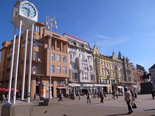 歴史と自然の国クロアチアの首都ザグレブ。11世紀のハンガリー王国の時代から栄え、街の中にはルネッサンスやアール・ヌーボーの美しい建物が残っています。街の北側にあたる旧市街(アッパータウン)には昔ながらの街並みがあり大聖堂や市場などを見て歩くことができます。南側の新市街(ダウンタウン)には、近現代に建てられた大きな建物や、おしゃれなカフェ、レストラン、大型スーパーなどが並びます。ここでは、街の中心部にあるイェラチッチ広場からスタート、ザグレブ観光の醍醐味であるアッパータウンを周ります。