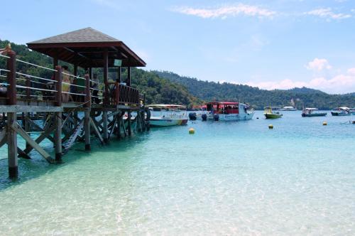 コタキナバル旅行は3日目。<br />この日は、ホテルのジェッティからサピ島へ渡りました。<br />暖かく、キレイな海にとても癒されました。<br />旦那と交代でシュノーケルも楽しむ事ができました。