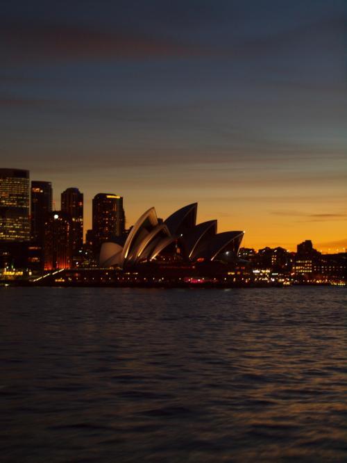2014年のGWの後半は我が家の恒例のオーストラリアへ。<br /><br />4月に行ったソウルと同様、これも毎年オーストラリアでシドニー発日本経由第三国行きのチケットを買っているから戻らなくてはならないのです。<br />オーストラリア発券してもう何度シドニーループしているでしょうか・・・<br /><br />今年はどこの都市に行こうかな♪<br />と考えたのもつかの間。<br /><br />普段は2泊4日以上の日程でオーストラリアへ行ける時はシドニーからどっか別の都市へ出かけているのです。<br />今年も5月2日に早めに会社を出て3泊5日でタスマニアを狙っていたのですが、クソダンナが絶対無理との事。<br />日程が2泊4日になるので、今回はシドニーに滞在する事にしました。<br /><br />普段シドニーではコンドミニアムに滞在してまったりするパターンが多い我が家。<br />今回は珍しくホテルに宿泊してノープランで街をさまよう事にしました。<br /><br />2014年のシドニーも秋のヒヤっと澄んだ空気で我々を迎えてくれました。<br />オーストラリアいろんな街に行ってますが、やっぱりシドニーが一番落ち着くなぁ。<br />来年は豪州のどこへ行こうかな?!<br /><br />☆旅行形態: 個人旅行<br />☆交通機関: NRT⇔SYD Cクラス<br />☆ホテル : ヒルトンシドニー<br />☆お世話になったWeb<br />○ヒルトンシドニー http://www3.hilton.com/en/hotels/new-south-wales/hilton-sydney-SYDHITW/index.html<br />○JAL https://www.jal.co.jp/<br />○ソウルナビ http://www.seoulnavi.com/<br /><br />(上記のリンクは旅行手配当時のものです)