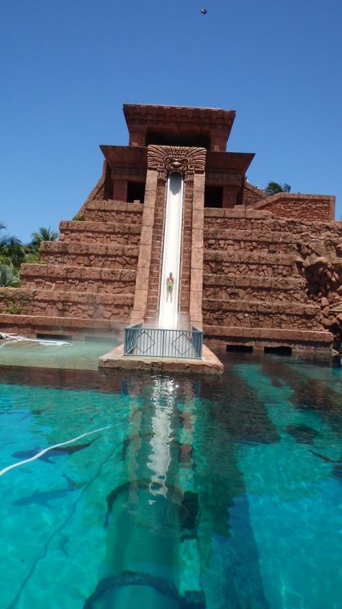 ■アトランティス・アクアベンチャー■<br />http://www.atlantisbahamas.com/thingstodo/wateradventures<br /><br />パラダイスアイランドにあるアトランティスホテル内の巨大ウォーターパーク( ^∇^)ノ 彡<br />宿泊客なら無料でいつでも利用はOK!<br />宿泊客以外でもパスを購入することで利用できます(ハイシーズンは入場制限有、リストバンド着用)<br /><br />広大な敷地に20スイミングのエリア、スリル満点の8つのウォータースライド、急流やゆったりと川のように流れるプール、波のサージもあり、カリブ海最大の水をテーマにしたアトラクションがここアクアベンチャーで楽しめま~す♪<br />(~ ̄▽ ̄)~(^ノ^)ノ<br /><br />※特にマヤテンプルの4つのスライダーと、パワータワーの4つのスライダーはスリル満点でおすすめでーす!!\(o⌒∇⌒o)/♪<br /><br /><br /><br /> <br />