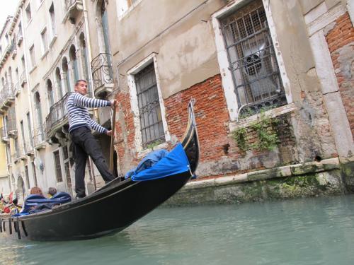 伊国2014年5月 「GWの旅行記」<br /><br /><br />「満喫イタリア旅三日目 ヴェネチア編 」です<br /><br />ヴェネチアと ベニスの呼び名に 疑問を持たれる方もいらっしゃると思います。<br /><br />【Venice】<br /> 英語読みがベニス<br /> イタリア語がベネチアですよ〜〜<br /><br /><br />ミラノ〜ベェローナ〜ヴェネチア〜フィレンツェ〜ローマ〜ナポリ〜カプリ島「青の洞窟」 への 旅をしてきました。<br />ヨーロッパへの旅は 2回めですが イタリアへは 初めて行きました(当たり前だろう? 笑)<br />二回目だと なにかと 油断しがちであります<br />そこを 十分注意して行ってきました。<br />御蔭様で 何事もなく 無事に終了いたしまして、今は 余韻に浸っております。<br />では 旅行記をご覧ください<br /><br /><br />「満喫イタリア旅三日目 ヴェネチア編 」です