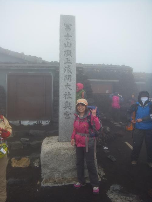 今年3月、なぜか富士山に登ろうと思ってしまい、ツアーを探しました。<br />まだ時期が早くて大手旅行社の富士登山のツアーは組まれていない中、富士エコツアーサービスというツアー会社がヒット。<br /><br />「初めての富士登山・安心コース」<br />とあります。<br /><br />私はウォーキングはしていたけれど、そんなに体力に自信がない、若くもない、登山の知識もない、高山病も怖い。<br />このツアー、いいかも。<br />さらに5つのコースがあって、レディースコースがあります。女性ガイドによる女性限定コース。<br />女性限定なら遠慮なくていかも。<br />レディースコースで組まれている日程が7月10日(木)11日(金) 2日お休みをもらって帰ってきてから2日休める。平日だから混んでいないし、と、このツアーに決定!<br /><br />その時点で、富士登山まで、あと3ヶ月ちょっとしかありません。<br />トレーニングしておかないと、実際に現地に行って苦しむのは自分です。<br />と思ったので、それまでの間になるべく多くの機会を使って山に登りました。(6箇所の旅行記あり)<br />駅でもエスカレーターは使いません。<br /><br />富士登山の日まであと1週間に控えた7月5日、台風の接近が見込まれていて、今後の進路はわからないけれど日程を変更するなら受け付けます。といった内容のメールがツアー会社から届きました。<br />天気予報を見ると、ちょうど予定日に直撃!すぐに7月12日(土)、13日(日)に変更してもらいました。<br /><br />このツアーの売りの一つは、一番頂上に近い富士宮口から登り、御殿場ルートで降りるということだったのですが、今年は大雪で静岡県側の残雪が凍って危ない状態、7月10日に山開きする予定が17日になってしまったと言うので、一番ポピュラーな吉田口から登って、須走りルートでの下山となりました。<br /><br />結果、写真のように富士山初登頂成功しました!<br />でも、トレーニングしたのに空気が薄いのはやはり過酷! 下山も砂走りが終わったあたりで膝が死んで少し歩いては休み。いつ、この苦しみが終わるのか・・・<br />やさしいガイドさんに、急がなくていいからと励まされ、なんとか下山することができました。<br />こうしてツアーメンバー16人、全員登頂成功!<br />