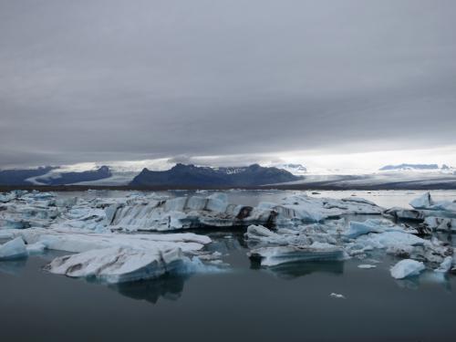 今年の夏休みはアイスランドに行きました。<br /><br />今から10年前、はじめてアイスランドを訪れた時はまだ学生でバックパッカー、1クローナ=2円の時代でもあり本当に予算がなく、また季節も冬だったのでできることにも限りがありました。<br />短いアイスランド滞在を全力で楽しんだもののやり残したことも多く、いつか必ず、予算も時期も「ベストな準備」をして再訪しようと誓いました。<br />ところが社会人になってからは、アイスランドより身近だから試しにと手を出したノルウェーに浮気してしまいノルウェー語の勉強まで始め、アイスランドへの道は遠のくばかり。<br />アメリカに引越してきてようやく、ノルウェーよりアイスランドの方が近い!ここは是非ともアイスランドへとなりました。<br /><br />ところが今度は「ベストな準備」が中々整いません。<br />旅行時期は8月ではなく7月であること、レンタカーで南海岸を宿泊しながらゆっくり回ること。<br />夫の夏休みの日程は毎年ぎりぎりまで決まらず、その頃には航空券も高くなってしまっているし、南海岸の宿もほとんど空きがありません。<br />一生に1度きりとなるであろう夏のアイスランド旅行、中途半端なまま行きたくはない。<br /><br />アメリカに来て4回目の夏の今年、ようやく「ベストな準備」が整い、10年分の思いを込めたアイスランド行きを実行する日が来たのでした。<br />南海岸だけで1週間、贅沢な日程です。<br /><br />【日程】<br /><br />1日目<br />Southwest Tennessee→Boston<br />≪Hilton Boston Logan Airport泊≫<br /><br />2日目<br />Icelandair Boston→Keflavik 23:40着<br /> ≪B&B Keflavik Airport泊≫<br /><br />3日目 Keflavik→Vik<br />レンタカー借り出し、セリャランスフォス(Seljalandsfoss)、エイヤフィヤトラ氷河ビジターセンター(Eyjafjallajokull Visitor Centre)、スコゥガフォス(Skogafoss)、ソゥルヘイマ氷河(Solheimajokull)、Vikの黒砂海岸周辺でパフィン探し<br />≪Icelandair Hotel Vik泊≫<br /><br />4日目 Vik→Hofn<br />ディルホゥラエイ(Dyrholaey)でパフィン探し。<br />スカフタフェットル国立公園(Skaftafell)、スヴィナフェットルス氷河(Svinafellsjokull)、ヨークルスアゥルロゥン(Jokulsarlon)のボートツアー<br />手長エビディナー<br />≪Nyibaer Guesthouse Hofn泊≫<br /><br />5日目 Hofn→Vik<br />ヨークルスアゥルロゥン再訪(Jokulsarlon)、フィヤトルスアゥルロゥン(Fjallsarlon)<br />≪Icelandair Hotel Vik泊≫<br /><br />6日目 Vik→Hveragerdi<br />ディルホゥラエイ(Dyrholaey)でパフィン探し<br />レイキャザルール(Reykjadalur)の川温泉へハイキング<br />≪Axel House(Frost and Fire Hotel)泊≫<br /><br />7日目 ゴールデンサークル<br />ケリズ火口湖(Kerid)、グトルフォス(Gullfoss)、ゲイシール(Geysir)、シンクヴェトリル国立公園(Thingvellir)<br />≪Axel House(Frost and Fire Hotel)泊≫<br /><br />8日目 Hveragerdi→Keflavik<br />モスフェットルスバイル(Mosfellsbaer)、レイキャビク市内観光、ブルーラグーン<br />≪A10 Deluxe Keflavik泊≫<br /><br />9日目<br />Icelandair Keflavik→Boston<br />Southwest Boston→Tennessee<br />ただいま!<br /><br />