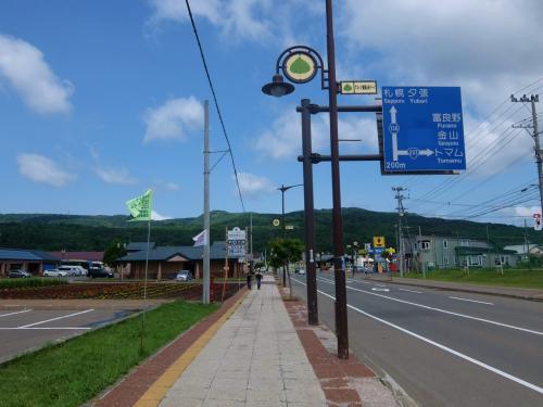 初夏の北海道 花の玉手箱 三日目 道の駅 占冠をすぎて ファーム富田へ