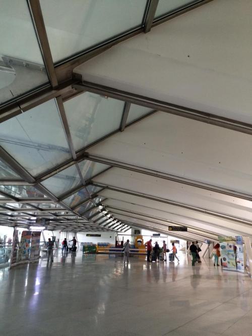 パリのシャルルドゴールから1時間半のフライトで、ビルバオ空港にやってきました。<br /><br />空港、かっこいいですね。別のエントリーで書きますが、ビルバオは超モダンな建築があふれる都市です。建築という点では、バルセロナも凄いけど、ビルバオも相当凄いですよ。