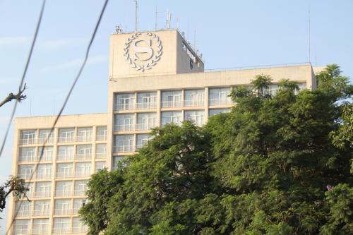 羽田−ドバイーエンテベというルートでウガンダに到着した。<br />羽田便は下記の通り当日午後に着く、早いのだが、何の面白味もないルートだ。<br />EK313 00:30-06:45<br />EK729 09:15-13:25<br /><br />初めての国、ホテルはシェラトンではなく、そのとなりのShanguri-La Hotelという香港系ではない独立系の小ホテル、一泊$80朝食付き、同じ敷地内、目の前の建物が上海賓館という中華料理屋だった。<br /><br />2006年が最後のアフリカ、モザンビークだった、仕事では2回目となるアフリカ、これからウガンダ北部のグルで4カ月仕事をすることになった。