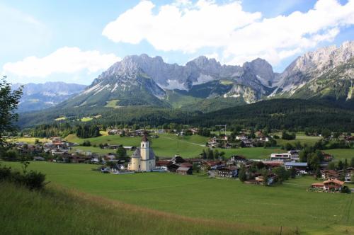 エルマウ村のハートカイザーに登った後は、地元の無料バスに乗って、<br />お隣りのゴーイング村に行きました。<br />美しいロココ様式の教会を見学し、丘に登って<br />緑の中に佇む教会と皇帝山脈の美しい景観を楽しみました。<br /><br />「カイザーゲビルゲ、皇帝山脈の山々を見るならエルマウ村から<br />ゴーイング村のあいだからがいい。タンポポの花咲く頃、<br />牧草が銀色に波打つ頃、そして白銀に輝くとき、いつ来ても素晴らしい。」<br /><br />昔読んだ『チロル・パノラマ展望』(新潮社)に書いてあった文章です。<br />これを読んで以来、私はいつかこの村に行きたいと思っていました。<br />本当にその通りの、美しい景観を眺めることができました。<br />