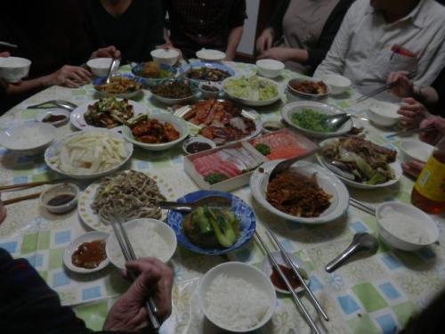 今日(12月31日)は日本では大晦日だ。<br /><br />台湾では2月18日が大晦日でおせち料理とお年玉そして<br />ゲームや麻雀をして夜を過ごす。<br /><br />台湾の友の孫がニューヨークから訂婚式の主役として<br />そしてワシントンからクリスマス休暇で帰国していたのだ。<br /><br />それで急遽友の長男の発案で全員で食事をする事に。<br />予約をしていたレストランは101の花火での交通規制で<br />行くのも帰るのっも大変だと言う事で友の自宅でする事に。<br /><br />それで友と私は『上引水産』へ刺身を買いに行き友の奥さんは<br />準備を始めた。でも長男や次男の奥さん達が手分けして食材を集める事に。<br /><br />家族12人+私との13人で日本の大晦日の団らんがが始まった。