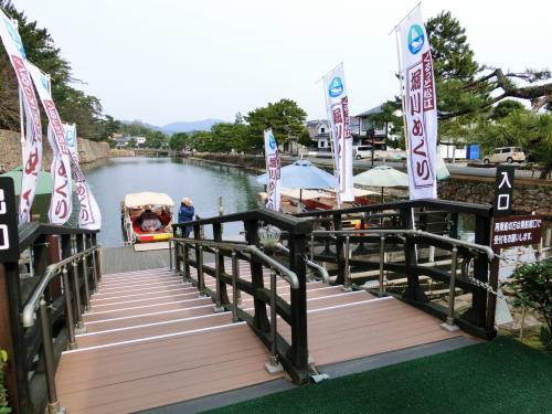 3日目<br />松江は宍道湖を囲むように広がる水の都。松江藩の城下町として栄え、<br />今も残る建物の松江城や塩見縄手などが江戸時代の面影を残しています。<br />そんな松江のシンボル松江城は全国に現存する12天守の一つです。<br />外層5層、内部6階の平山城で、<br />天守の平面規模では2番目<br />     高さでは3番目<br />     古さでは5番目です。<br />華やかな造りではなく実戦本意の造りとしても知られています。<br />昭和10年に国宝に指定されたが、昭和25年の文化財保護法の制定により重要文化財と改称され、今再び「松江城を国宝に」の声が上がっている城です。<br /><br />松江城見学後は城のお堀をめぐる遊覧船に乗り「水都 松江」の風情を楽しみ、下船して城下町を少し歩いてみました。<br />